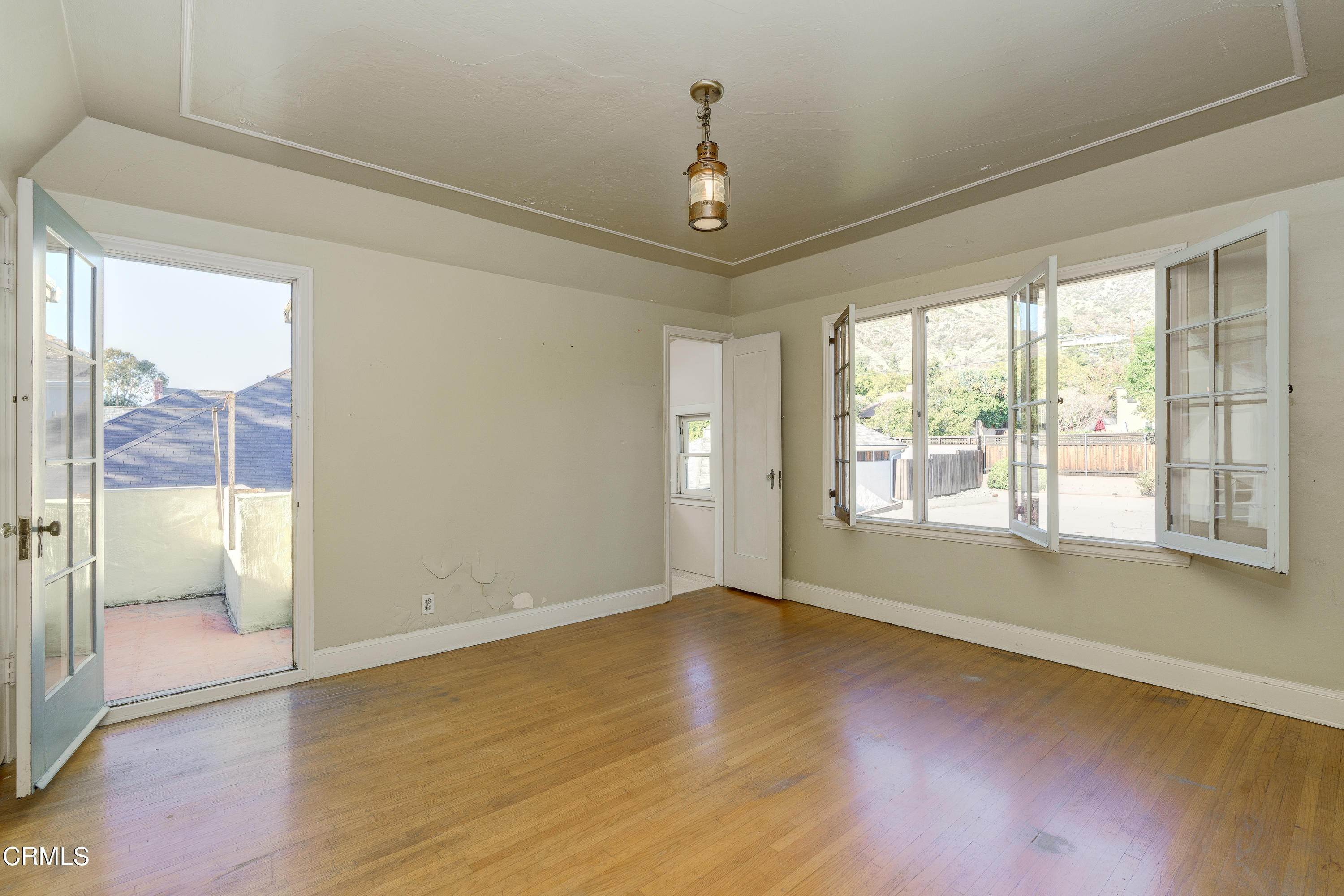 27. Single Family Homes for Sale at 1907 Hampton Lane Glendale, California 91201 United States