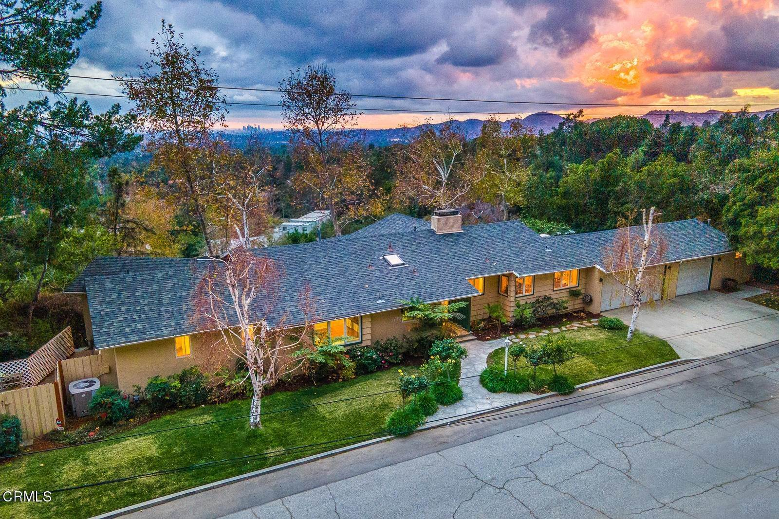 7. Single Family Homes for Sale at 1910 Glen Allen Lane Altadena, California 91001 United States