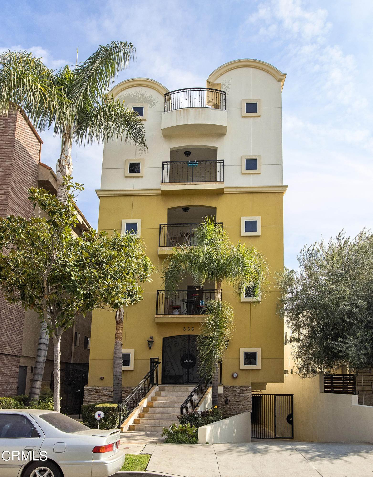 Condominiums for Sale at 836 South Bedford Street #200 836 South Bedford Street Los Angeles, California 90035 United States