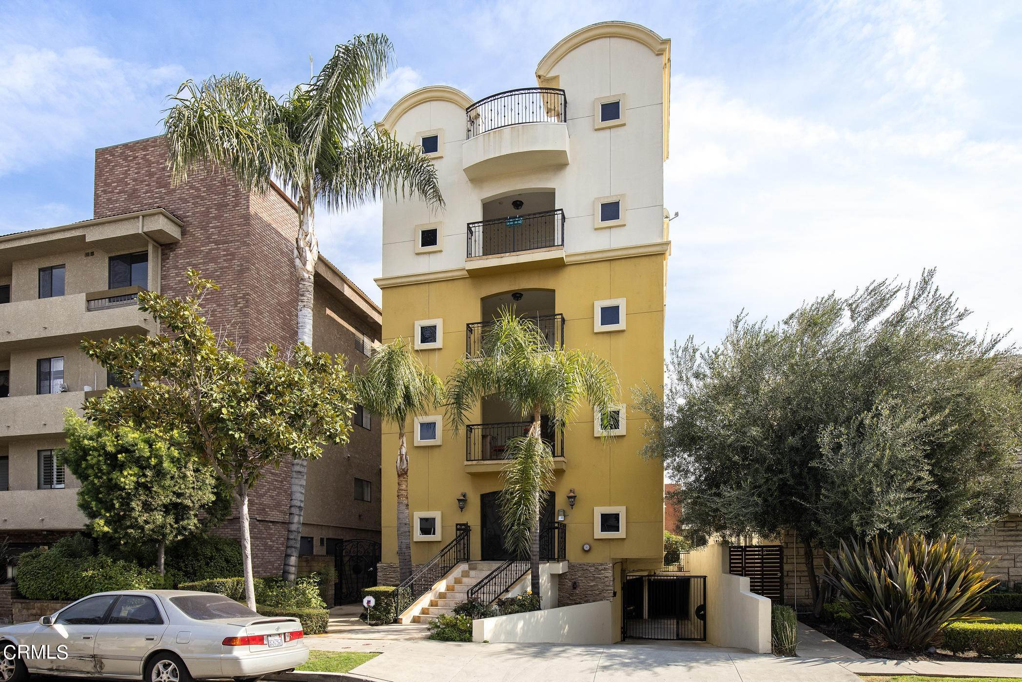 3. Condominiums for Sale at 836 South Bedford Street #200 836 South Bedford Street Los Angeles, California 90035 United States