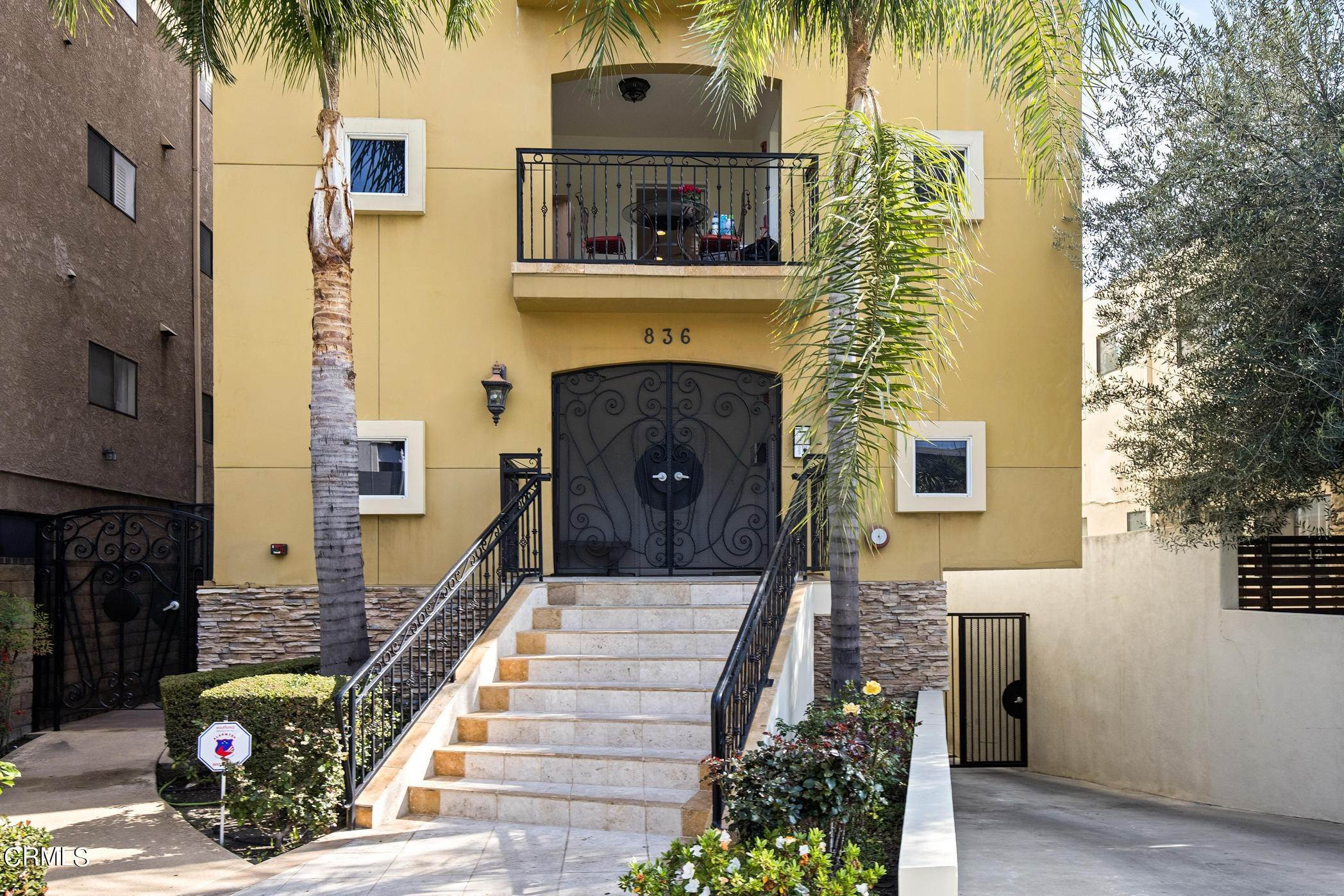 4. Condominiums for Sale at 836 South Bedford Street #200 836 South Bedford Street Los Angeles, California 90035 United States