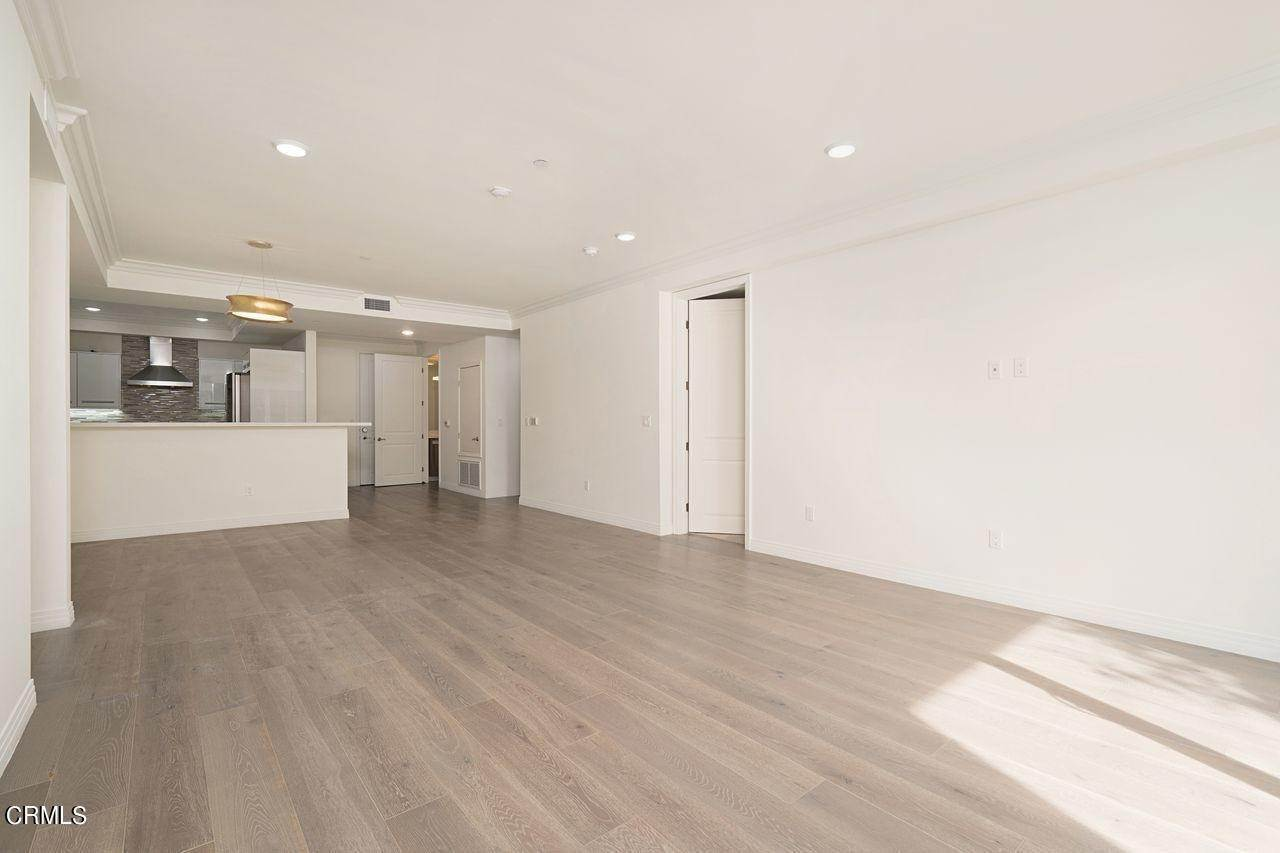 7. Condominiums for Sale at 4180 Wilshire Boulevard #307 4180 Wilshire Boulevard Los Angeles, California 90010 United States