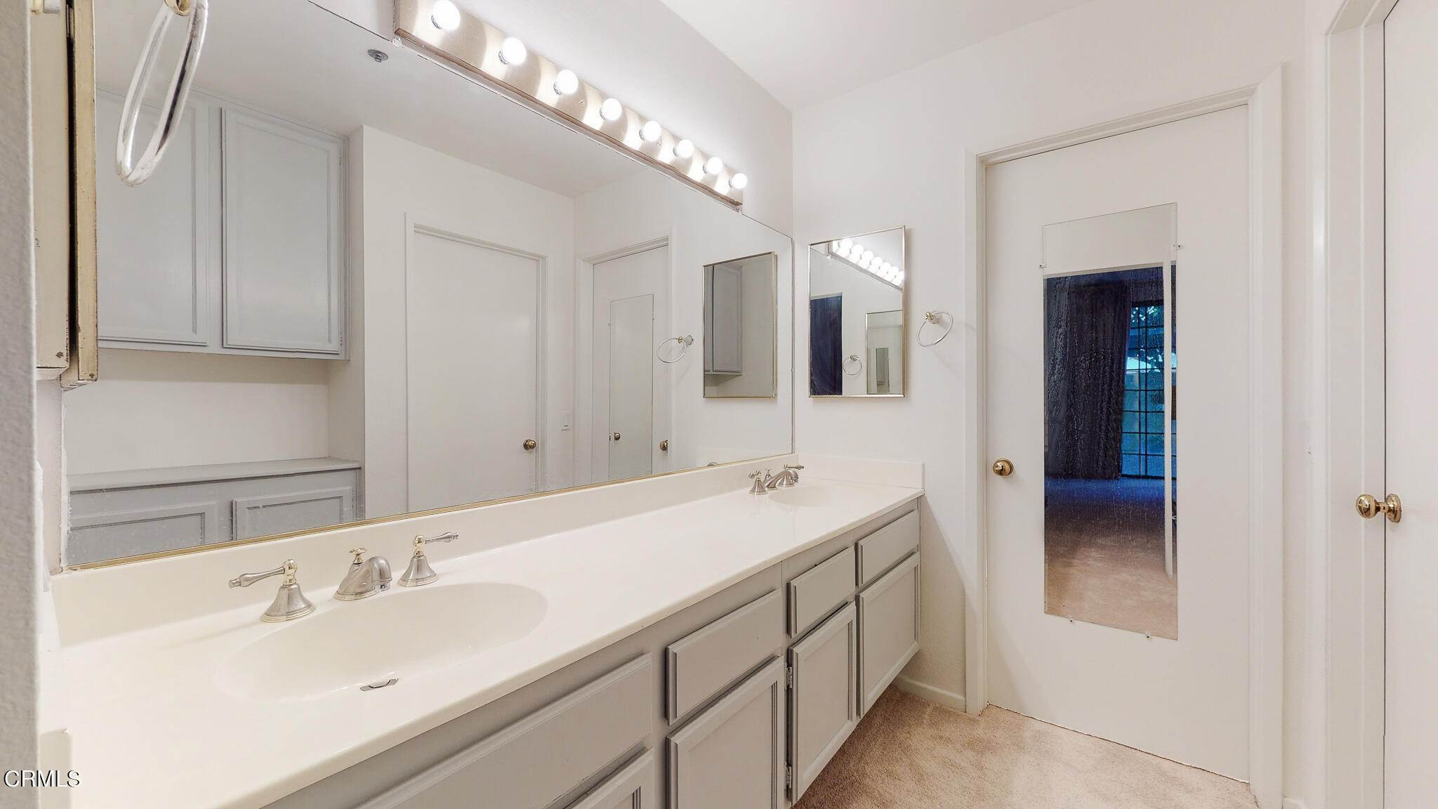 21. Condominiums for Sale at 235 South Holliston Avenue #113 235 South Holliston Avenue Pasadena, California 91106 United States