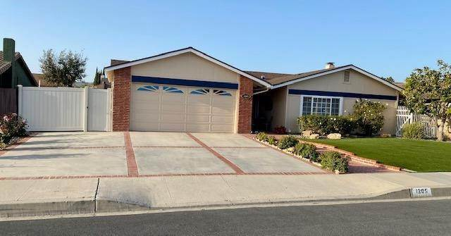 27. Single Family Homes for Sale at 1205 Red Oak Place Camarillo, California 93010 United States