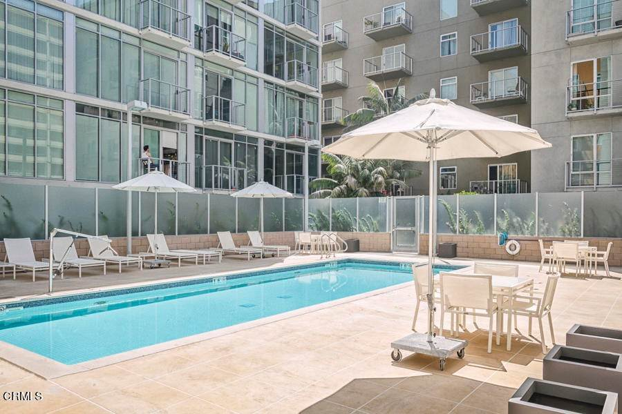 16. Condominiums for Sale at 645 West 9th Street 332 #332 645 West 9th Street 332 Los Angeles, California 90015 United States