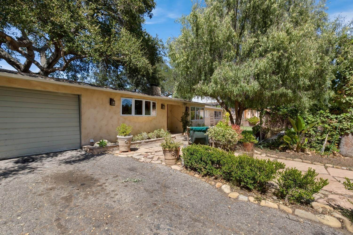 23. Single Family Homes for Sale at 170 Brandt Avenue Oak View, California 93022 United States