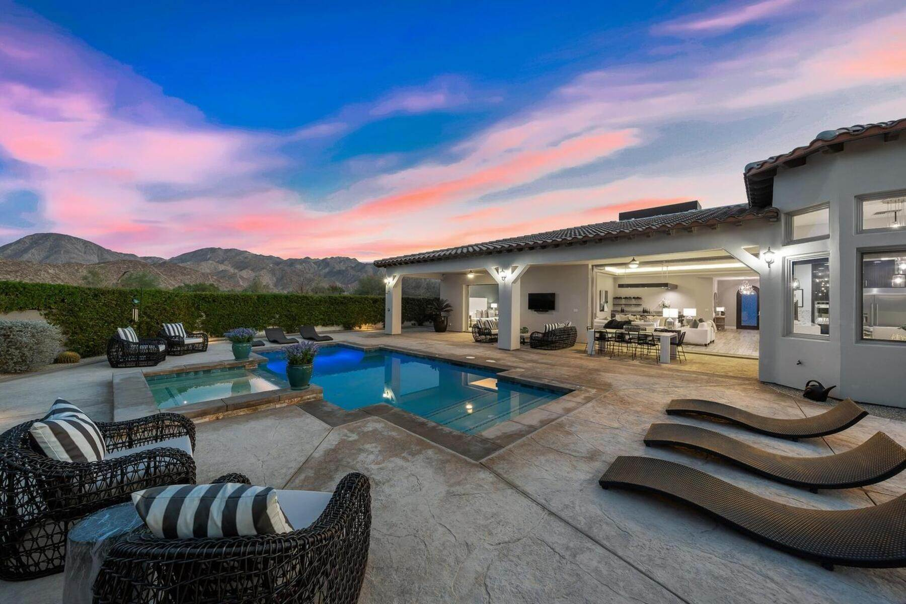 Single Family Homes 为 销售 在 Ironwood Heights Contemporary 73789 Agave Lane Palm Desert, 加利福尼亚州 92260 美国