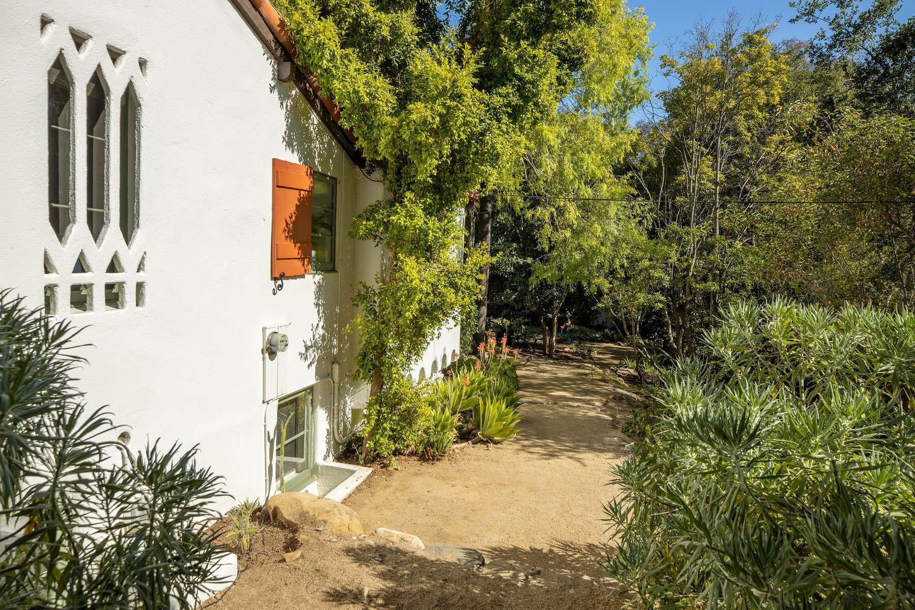 14. Single Family Homes for Sale at Iconic Paul Williams Design 906 Foothill Road Ojai, California 93023 United States