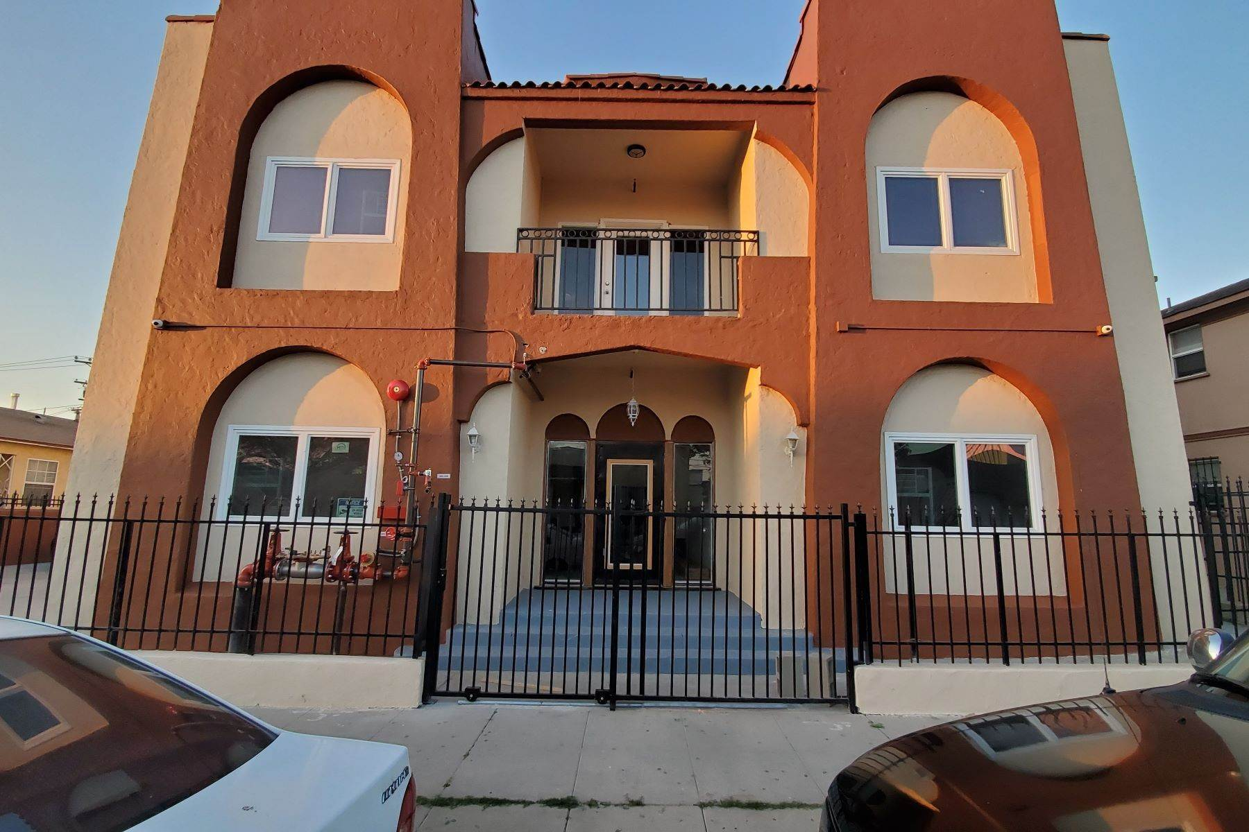 Multi-Family Homes por un Venta en 329 West Magnolia Street, Compton, CA 90220 329 West Magnolia Street Compton, California 90220 Estados Unidos