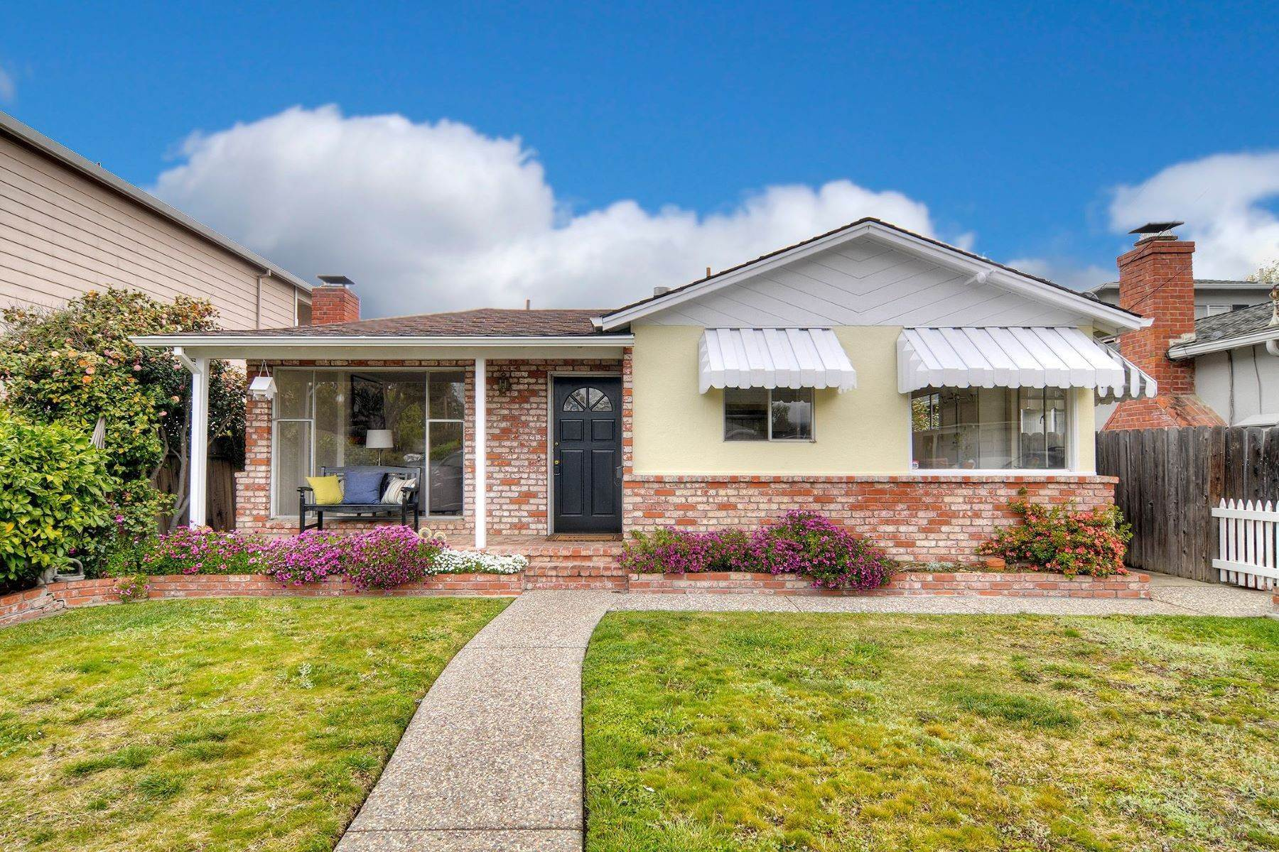 Single Family Homes por un Venta en Warm, Traditional Appeal in Prime White Oaks Neighborhood 1533 Walnut Street San Carlos, California 94070 Estados Unidos