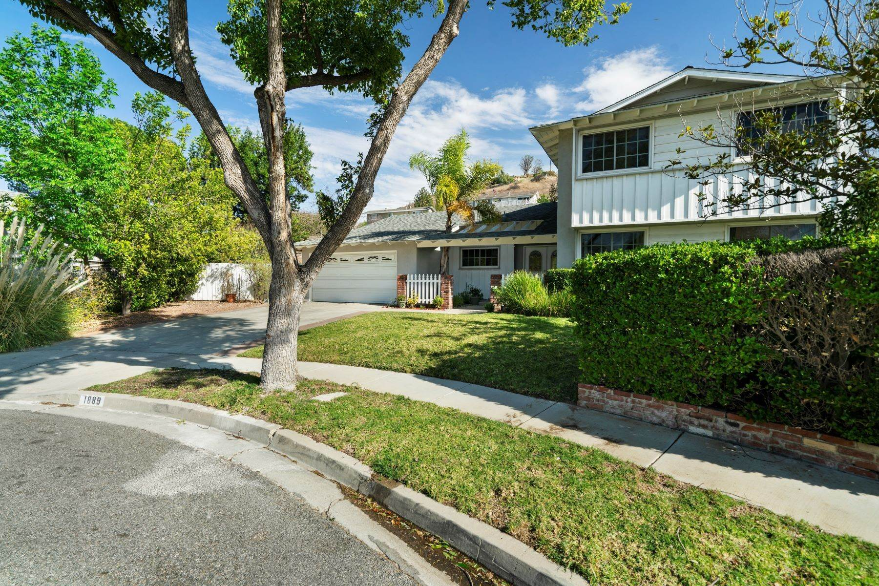Single Family Homes for Sale at Fabulously Spacious 5 Bedroom Home 1889 Brian Court Thousand Oaks, California 91362 United States